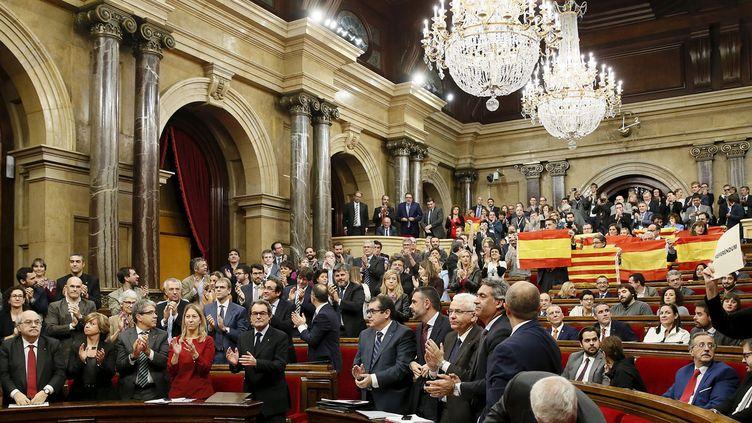 (Après le vote au Parlement catalan... Des députés brandissent le drapeau espagnol © REUTERS/Albert Gea)