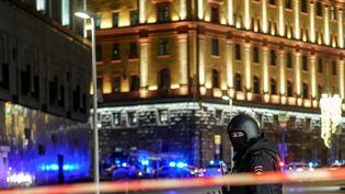 Un policier surveille le dispositif de sécurité installé après une fusillade à Moscou (Russie), le 19 décembre 2019. (DIMITAR DILKOFF / AFP)
