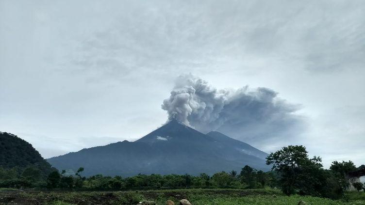De la cendre s'échappe du Volcan de Fuego (Volcan de Feu) au Guatemala, le 3 juin 2018. (ESPECIAL / NOTIMEX)