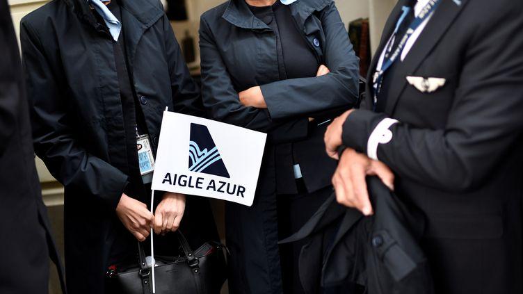 Des salariés de la compagnie Aigle Azur, devant le ministère des Transports à Paris, le 9 septembre 2019. (STEPHANE DE SAKUTIN / AFP)