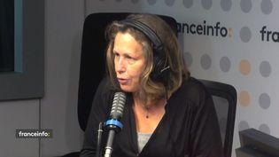 """Pascale Clark, journaliste, présente """"Revu"""" sur france 5. (CAPTURE D'ECRAN FRANCEINFO)"""