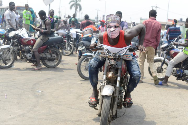 Un okada rider porte un masque du président Muhammadu Buhari, candidat à sa succession lors de l'élection présidentielle du 16 février 2019. (ADEKUNLE AJAYI / NURPHOTO)