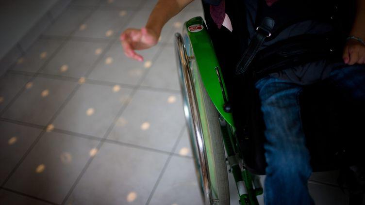 Un enfant en fauteuil roulant. Photo d'illustration. (Simon Daval / MAXPPP)