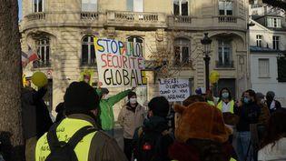 """Rassemblement contre la proposition de loisur la """"sécurité globale"""" devant l'Assemblée nationale à Paris, le 24 novembre 2020. (MYRIAM TIRLER / HANS LUCAS / AFP)"""