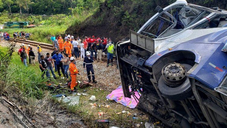 Les secours se trouvent près d'un autocar tombé d'un pont, à Joao Monlevade, au Brésil, le 4 décembre 2020. (MINAS GERAIS FIRE DEPARTMENT / AFP)