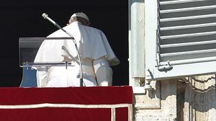 Le pape François après son discours de la Toussaint, dimanche 1er novembre, placeSaint-Pierre (Vatican). (ALBERTO PIZZOLI / AFP)