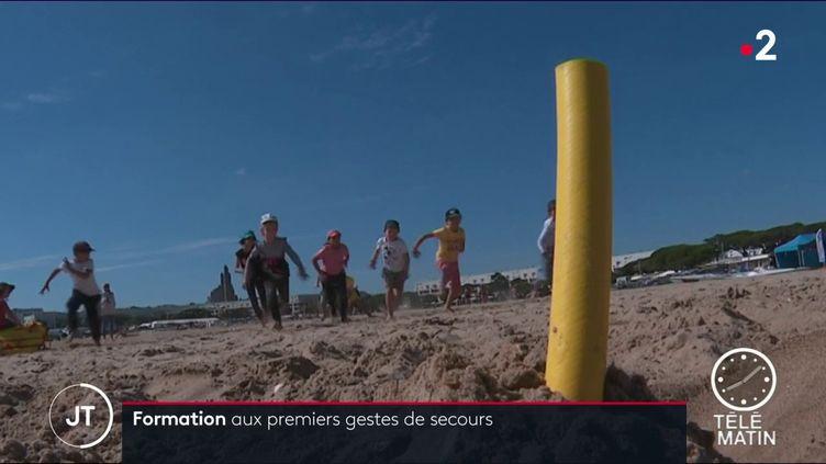Pour lutter contre ce fléau, les campagnes de sensibilisation se multiplient sur les plages. Objectif : apprendre aux plus jeunes les gestes de premier secours. (FRANCE 2)