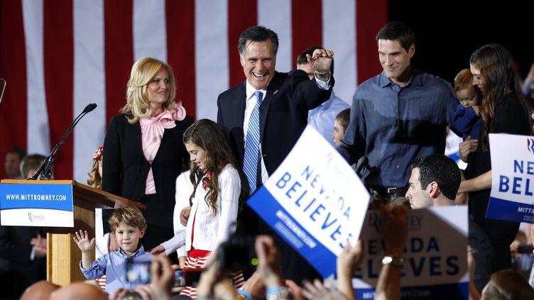 Le candidat à l'investiture républicaine Mitt Romney salue ses supporters après l'annonce de sa victoire à Las Vegas, dans le Nevada (Etats-Unis), le 4 février 2012. (BRIAN SNYDER / REUTERS)