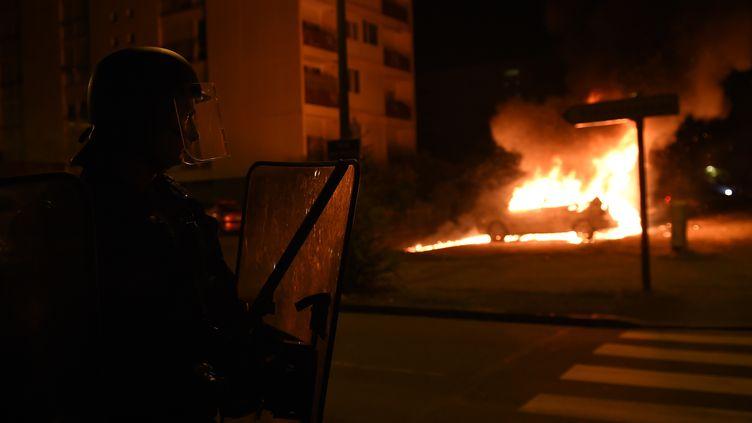 Une voiture incendiée, le 7 juillet 2018, dans le quartier du Breil à Nantes (Loire-Atlantique). (GUILLAUME SOUVANT / AFP)