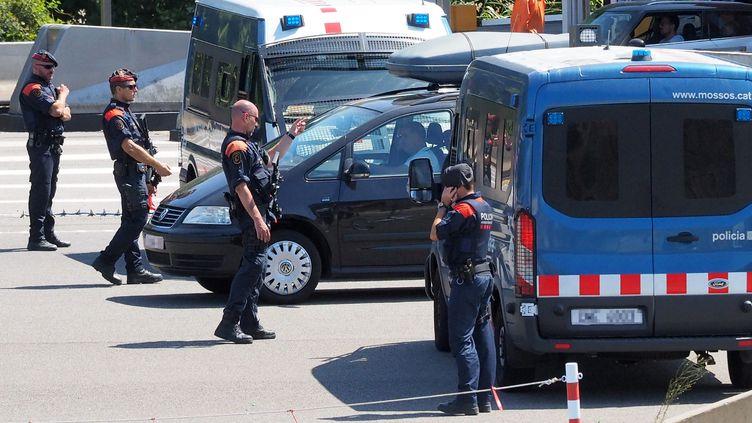 Des policiers espagnols à la frontière entre l'Espagne et la France, le 20 août 2017. (RAYMOND ROIG / AFP)