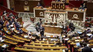 Dans l'hémicycle de l'Assemblée nationale, à Paris, le 6 avril 2021. (JACOPO LANDI / HANS LUCAS / AFP)