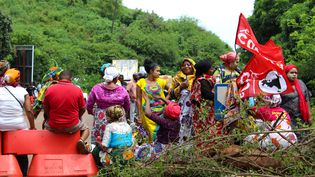 """Des Mahorais manifestent lors d'une journée """"île morte"""", vendredi 9 mars 2018, près de Koungou à Mayotte. (ORNELLA LAMBERTI / AFP)"""
