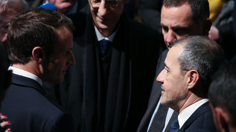 Emmanuel Macron parle avec le président du Conseil exécutif de Corse, Gilles Simeoni et le président de l'Assemblée de Corse, Jean-Guy Talamoni, le 7 février 2018,à Bastia. (HAMILTON DE OLIVEIRA / AFP)