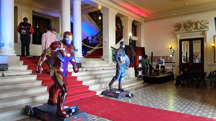 Le festival se déroule dans le hall du théâtre à l'italienne de Cherbourg (festival Voyageurs immobiles)