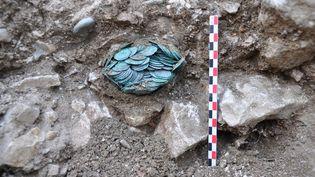 Pièces de monnaie découvertes à Cluny (Saône-et-Loire), le 14 novembre 2017. (ANNE BAUD / LABORATOIRE ARCHEOLOGIE ET ARCHE / AFP)