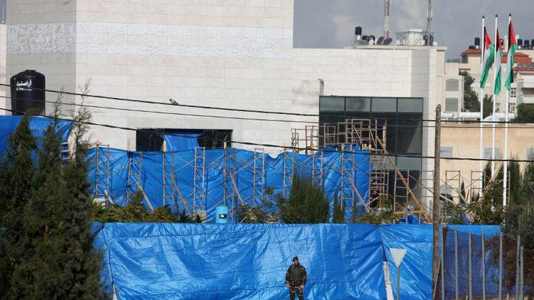 C'est à l'abri de ces bâches disposées autour du mausolée de Yasser Arafatque s'est déroulée l'exhumation,le 27 novembre 2012 à Ramallah (Cisjordanie). (ABBAS MOMANI / AFP)