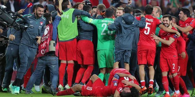 La joie des footballeurs turques qualifiés pour l'Euro 2016