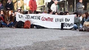 Des lycéens et étudiants manifestent à Valence (Drôme) contre la loi El Khomri, le 9 mars. (CHRISTOPHE ESTASSY / CITIZENSIDE / AFP)
