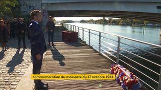 """Emmanuel Macron dépose une gerbe de fleurs, le 16 octobre 2021,""""sur un lieu de mémoire"""" du massacre des Algériens du 17 octobre 1961. (FRANCEINFO)"""