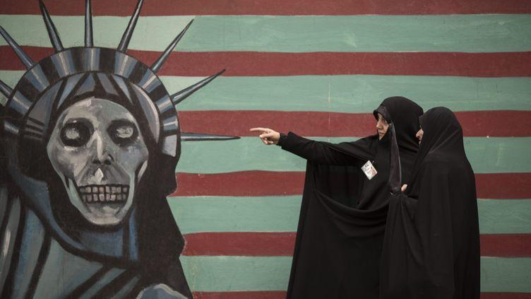 Une des caricatures sur les murs de l'ex-ambassade américaine de Téhéran, en novembre 2014. (MAXPPP)