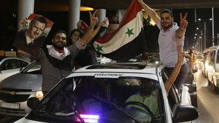 Des Syriens fêtent la qualification de leur équipe nationale de foot pour les barrages du Mondial 2018, le 5 septembre 2017, à Damas. (LOUAI BESHARA / AFP)