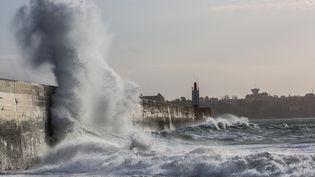 Avec des rafales à 100 km/h et des gros coefficients de marées (plus de 100), les vagues ont déferlé sur la digue du mole des noirs à Saint-Malo (Ille-et-Vilaine). (JEAN-MARC DAVID / SIPA)