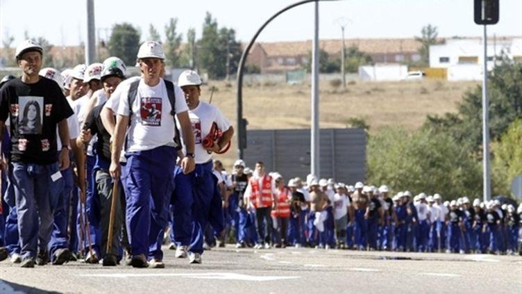 Les mineurs espagnols entament leur marche de protestation contre leurs conditions de travail, le 29 septembre 2010. (AFP - Cesar Manso)