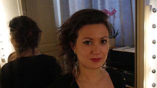 Julie Fuchs, le 1er octobre 2015 dans sa loge de l'Opéra Garnier.  (LCA/Culturebox)