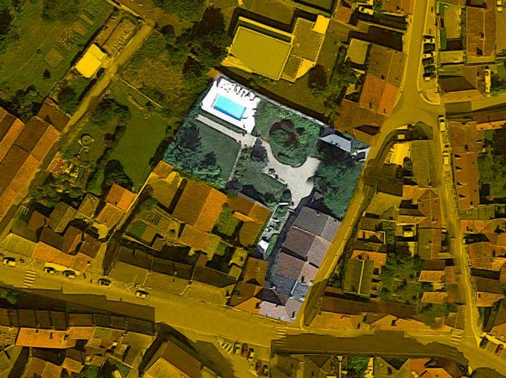 Vue aérienne de la permanence achetée par François Sauvadet en 1994 en Côte-d'Or. Il a ensuite acquis, en 2004, deux parcelles jouxtant son terrain (à gauche de la piscine et à gauche du bâtiment principal). (GOOGLE MAPS / FRANCEINFO)