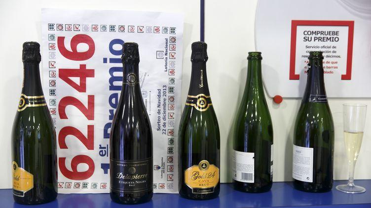 De nombreux magasins proposent des bouteilles à moins de 10 euros à l'approche des fêtes. (CESAR MANSO / AFP)