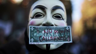 Un manifestant porte le masque du révolutionnaire anglais Guy Fawkes, symbole des activistes du groupe Anonymous, le 27 novembre 2011 à Madrid (Espagne). (SUSANA VERA / REUTERS)