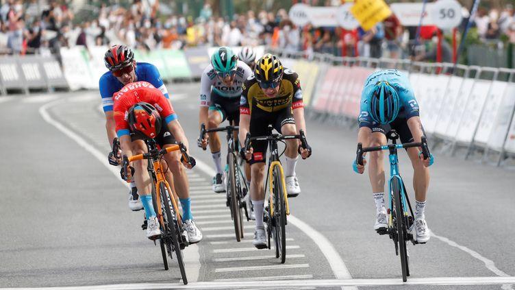 A droite, Ion Izaguirre (Astana) vainqueur d'un boyau de la 4e étape du Tour du Pays basque, le 8 avril 2021 (JAVIER ETXEZARRETA / EFE)