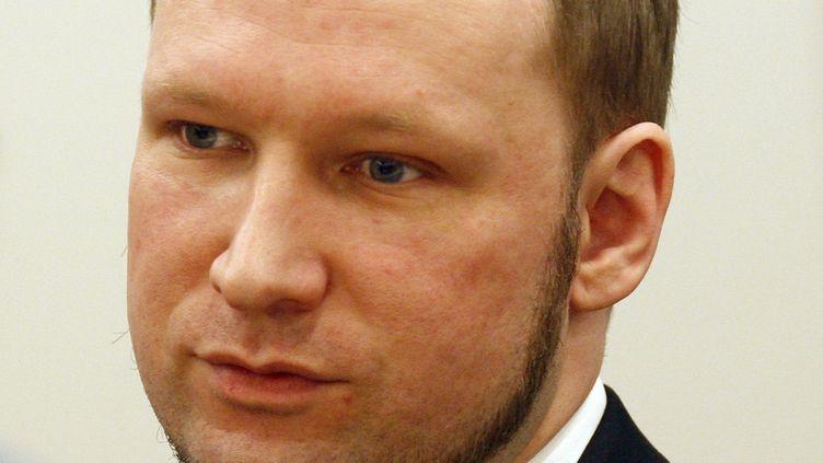 Anders Breivik écoute le verdict rendu par le tribunal d'Oslo, le 24 août 2012. (STOYAN NENOV / REUTERS)