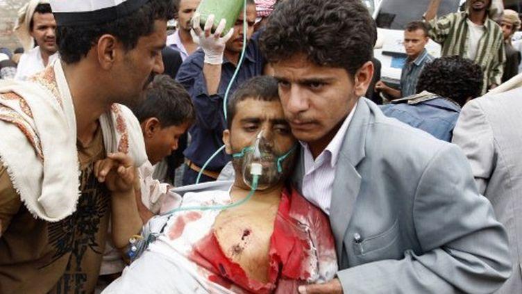 Un partisan d'un chef tribal en conflit avec le président Saleh, blessé dans des combats à Sanaa (01/06/11) (AFP / Ahmad Gharabli)