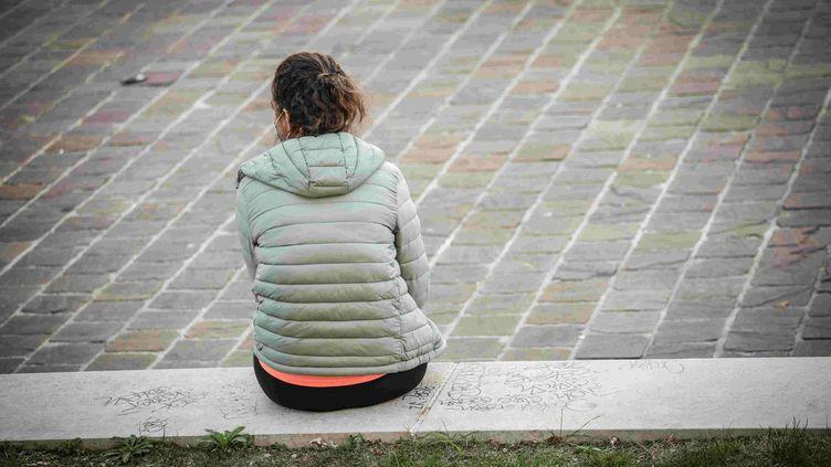 Une femme profite des dernières heures de la journée au Jardin des plantes, à Paris, avant le couvre-feu, le 10 octobre 2020. (LUC NOBOUT / MAXPPP)
