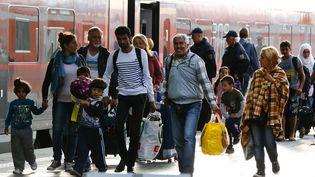 Des migrants à la gare de Münich (Allemagne), le 5 septembre 2015. (MICHAEL DALDER / REUTERS)