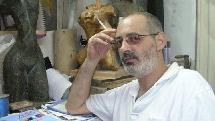 Waël Kastoun posait avec ses sculptures en arrière-plan pour le site dai3tna.com  (dai3tna.com)
