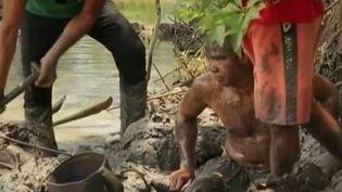 Face à la forte demande du marché de l'or, les mines illégales se multiplient aux Philippines. (France 2)