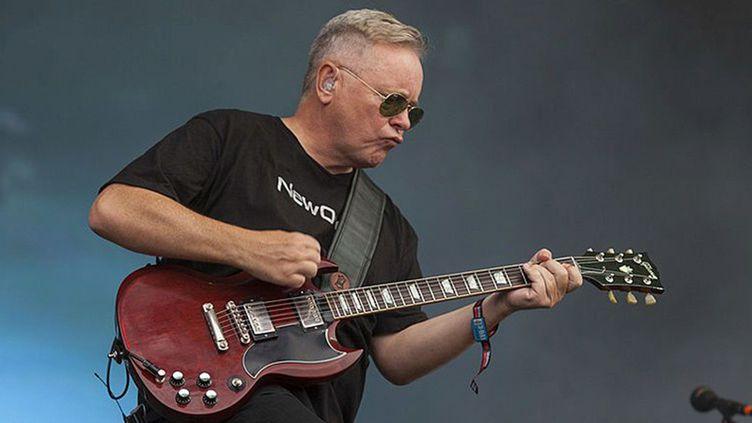 Bernard Sumner sur scène avec New Order, le 2 août 2013 à Chicago.  (Barry Brecheisen / Getty Images)
