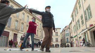 A Nîmes, les passants sont invités en plein centre ville à entrer dans la danse tout en respectant les gestes barrières. (C. Nicolas / France Télévisions)