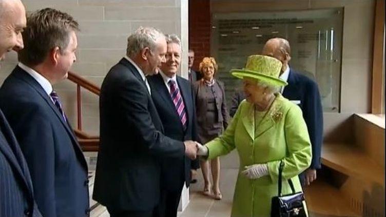 La reine Elizabeth II, en visite mercredi à Belfast, serrela main de l'ancien commandant en chef de l'IA Martin McGuinness,vice-premier ministre dela province britannique, le 27 juin 2012. (FTVI / REUTERS)