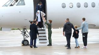 L'ancienne otage au Mali, Sophie Pétronin, accueillie par Emmanuel Macron et sa famille à la descente de l'avion, à l'aéroport de Villacoublay, le 9 octobre 2020. (NATHANAEL CHARBONNIER / ESP - REDA INTERNATIONALE)
