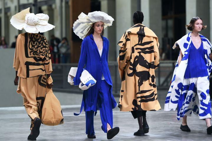 Défilé Issey Miyake printemps-été 2020, à la Paris Fashion Week, le 27 septembre 2020 (CHRISTOPHE ARCHAMBAULT / AFP)