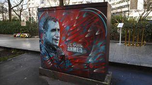 Une peinture photographiée le 5 janvier 2017 rend hommage à Ahmed Merabet, policier tué par le commando terroriste à la sortie de Charlie Hebdo. (ERIC FEFERBERG / AFP)