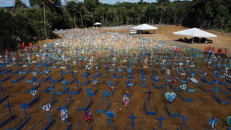 Les tombes de personnes mortes du Covid-19 au cimetière de Nossa Senhora Aparecida, à Manaus (Brésil), le 2 juin 2020. (MICHAEL DANTAS / AFP)