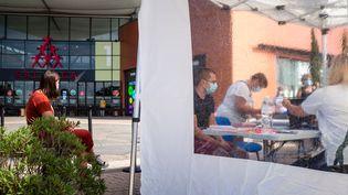 Un centre de vaccination contre le Covid-19 à l'entrée d'un centre commercial à Perpignan (Pyrénées-Orientales), le 5 août 2021. (ARNAUD LE VU / HANS LUCAS / AFP)