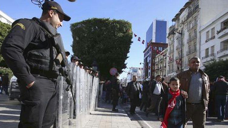 Sur l'avenue Bourguiba, principale artère de Tunis, le 14 janvier 2015, 5e anniversaire du départ du dictateur Zine el-Abidine Ben Ali... Un policier monte la garde pendant les célébrations. (REUTERS - Zoubeir Souissi)