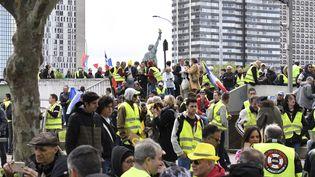 """Des """"gilets jaunes"""" manifestent à Paris le 27 avril 2019. (JULIEN MATTIA / SPUTNIK / AFP)"""