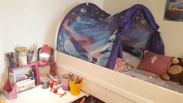 La chambre de Lily-Rose, chez son père à La Rochelle. (SANDRINE ETOA-ANDEGUE / RADIO FRANCE)
