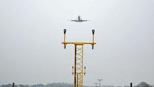 Un avion de la compagnie Hop ! Air France atterrit à l'aéroport de Lorient (Morbihan), le 5 décembre 2014. (MAXPPP)